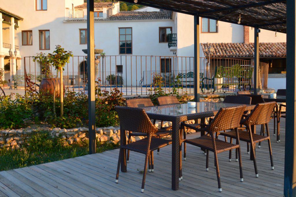 Terraza del hotel con encanto Masía la Mota